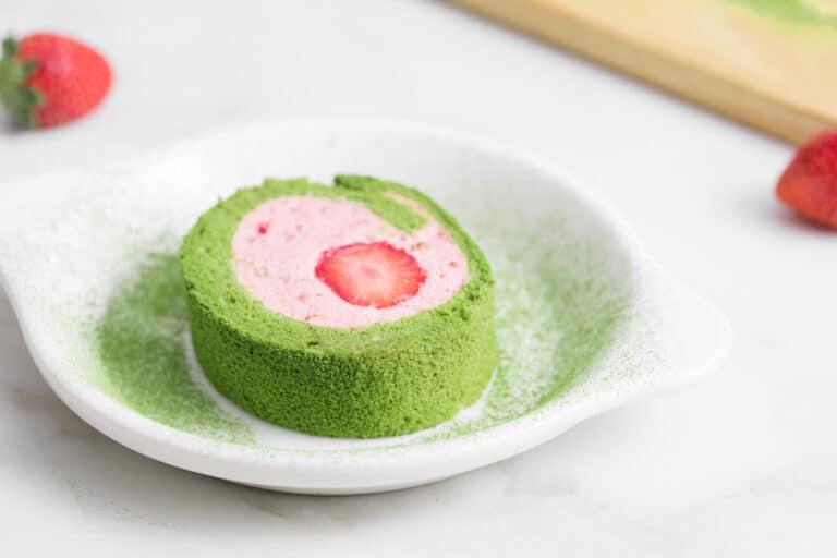 Matcha Strawberry Roll Cake โรลมัทฉะสตรอเบอร์รี่